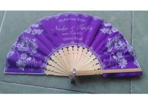 Kipas souvenir kain satin motif bunga